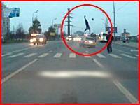 これはダメな予感がする。横断歩道の歩行者が猛スピードの車にはねられる瞬間