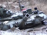 泥でスタックして完全に身動きが取れなくなってしまった戦車。を助ける戦車。