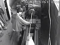 怖いYouTube。旋盤で作業していた男性の長そでが機械に巻き込まれて(((゚Д゚)))