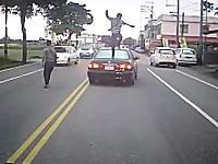 なにがあったんだドラレコ。前を走る車が恐ろしく絡まれている車載ビデオ。
