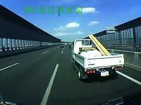 名古屋。追い越し車線でトラックを煽ったら逆切れされて仕返しされたムッキー!