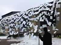一つのイベントとして楽しめるほどに綺麗な雪国動画。「屋根雪崩」