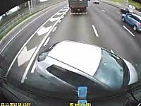 高速道路で合流に失敗したホンダ・ジェイドがどうする事もできない事になってる車載。