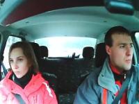 インサイドカメラ。ドライブ中に大きな野生動物が飛び出してきた時の車内。