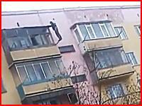 薬物中毒者か。マンションからダイブして車の屋根に叩きつけられる男。注意。