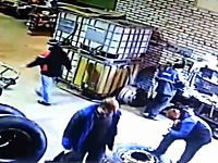 大型タイヤの恐ろしさ。整備中のタイヤが爆発して整備士の男性を吹き飛ばす。