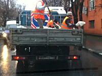 ウクライナの交通局の適当な仕事っぷりwww融雪剤の撒き方が酷いビデオ。