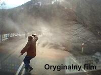 あぶな!物凄い突風に飛ばされそうになってしまうおじさんのビデオ。音量注意。