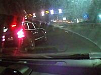 海外のDQNヤベえ。カイエンの人が完全にキレてる交通トラブルのドラレコ。