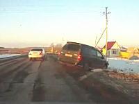 車でずこーんと当ててナイフvsスコップ。ロシアのこのドラレコ車載がGTAすぎる