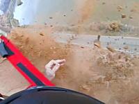 崖ジャンプ失敗で何度も岩面に叩きつけられながら落ちていく男のビデオ。
