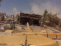 戦争動画。シリアの市街戦。物陰に隠れるゲリラに対して戦車の主砲をドーン