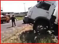 トラックを引こうと張られていたケーブルにバイクが突っ込みライダーが死亡。