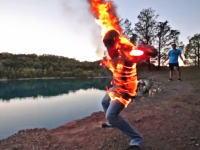 火だるまジャンパー。崖の上で服に火を付けて火だるま状態でダイブしてみた。