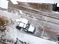屋根から雪の塊が落下して駐車してあった車が涙目な事になってしまうビデオ。