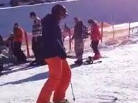 スキー板の外し方がカッコ良すぎる男が失敗してバスの運転手が頭抱えるww