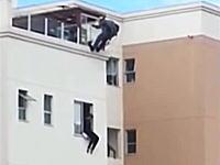 窓から飛び降りようとしている自殺志願者を真上から忍び寄って助けるGJ