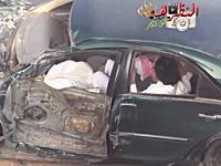 アラブドリフト失敗で対向車のトラックと衝突。潰れた車内から脱出する人たち。