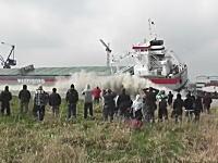 総トン数8911トンのコンテナ船の進水式で逃げ遅れたおじいちゃんが・・・。