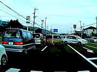渋滞の車列から飛び出したミニバンに軽四がドーン事故。福岡県筑紫野市