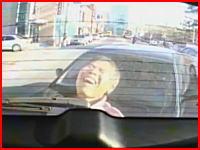 「ぎゃああああ!」車と車の間に挟まれたおじさんがめちゃくちゃ痛そう(((゚Д゚)))