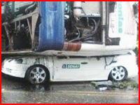 横転したバスの下敷きになり完全に潰された車内に人が・・・。救出ビデオ。