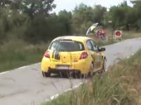 フランスのラリーでラリーカーじゃない速いヤツが乱入して観客大ウケww