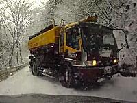 雪国動画。狭い山道で対向のイワタニ・ケンボローがスリップしてキター!