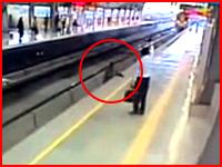 線路からホームに上がろうとしていた人が電車に挟まれて・・・。ショッキング注意