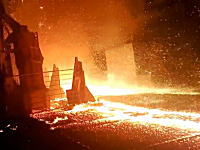 灼熱地獄。溶融金属を扱う製鉄所で事故が起こると恐ろしい事になる(((゚Д゚)))