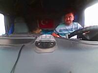 インサイドカメラ。ブレーキが間に合わなかった一台のトレーラーのせいで大事故に