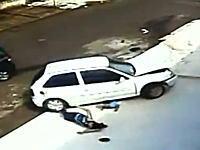後輪で踏まれて前輪でズリズリされて。恐ろしい事故から生き延びた少年の映像