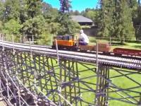 スケールのデカいマニア動画。自宅の庭に線路を引いてミニ貨物列車が走る。