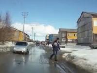 車を避ける為に端っこに寄ろうとした少年が可愛そうな事になってしまうビデオw
