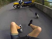 オフ車でウィリー走行に失敗したライダー視点のビデオ。短パン半袖なのかよw