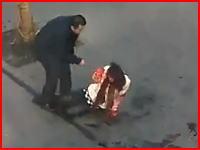 中国怖すぎ笑えない。路上で21歳の女性が精神異常者から刺されまくってる。