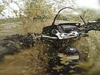 おい無理すんな。洪水に挑んだライダーが流されてバイクを失うwwwwww