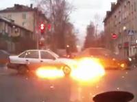 普通に走っていた車が炎上する瞬間ってこんな感じらしい。突然ボワッ!