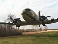 このプロペラ機の低空飛行こええ。プロペラとカメラマンが近すぎる(((゚Д゚)))
