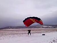 愚かな挑戦。陸上でパラセーリングのような事をして20Mの高さから落下して死亡。