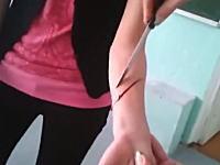 先生が生徒の腕をナイフで切った・・・。と思った実験。どうなってんの・・・。
