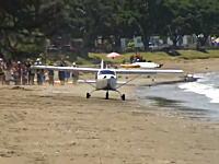 ビーチから離陸しようとした小型飛行機が波打ち際に足を取られてぶっ壊れる