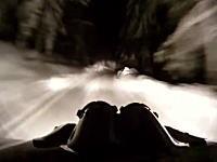 こんなの避けるの無理や正面衝突。逃げ場の無い一本道でラリーカーがバーン!
