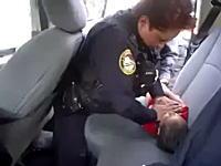 これはGJ動画。呼吸が止まった赤ちゃんを人工呼吸と心臓マッサージで救う警官