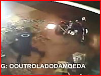 コンビニ強盗との銃撃戦で警官と強盗二人の全員が死亡してしまう監視カメラ