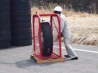 恐ろし実験。空気を入れている最中の大型タイヤがバーストすると(((゚Д゚)))