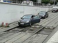 モスクワの人たちは運転がうまい?線路の上を器用に走るドライバーたち。