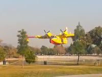 公園の池に水を汲みにきた空中消火機二機を近くから撮影した大迫力の映像。