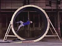 これは凄い。人間は360度ループを走り抜ける事ができるのか!?挑戦ビデオ。
