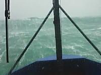迫ってくる壁のような波。嵐の中を進む船から撮影したビデオに恐怖を感じる。